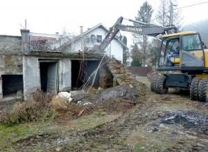 bageri su sredinom ožujka i početkom travnja uklonili pet obiljeskih ruševnih kuća