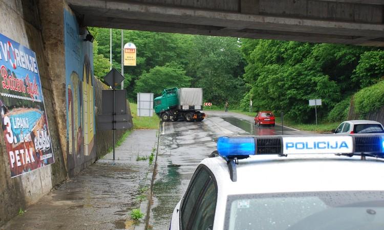 OPREZ NA PETLJI! Vozač kamiona izgubio nadzor, promet usporen