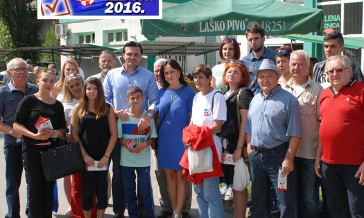 PREDIZBORNA KAMPANJA: Ruža Tomašić i Dragan Vulin na pakračkoj tržnici