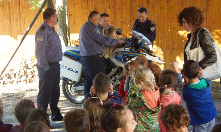 UZ DAN POLICIJE: Vrtićanci posjetili pakračku policijsku postaju