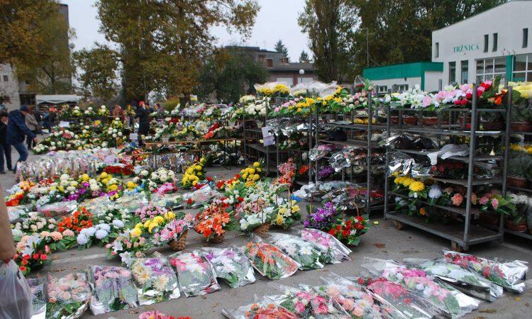 BLAGDAN SVIH SVETIH U nedjelju na tržnici prodaja cvijeća i cvjetnih aranžmana