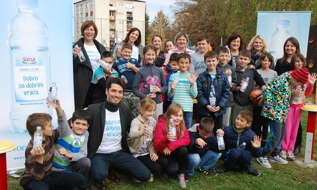 """DONACIJA JANE """"VODE S PORUKOM"""": Pakračkim učenicima novo senzoričko igralište"""