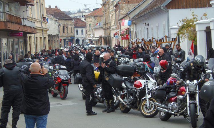 MOTO KARAVANA SJEĆANJA Na putu prema Vukovaru, poklonili se i herojskom Pakracu