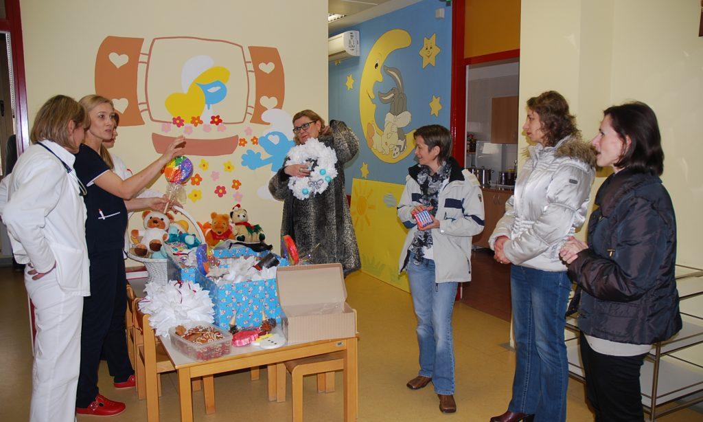 """DV """"MASLAČAK"""": Vrtićanci poklonili božićne ukrase pakračkoj pedijatriji"""