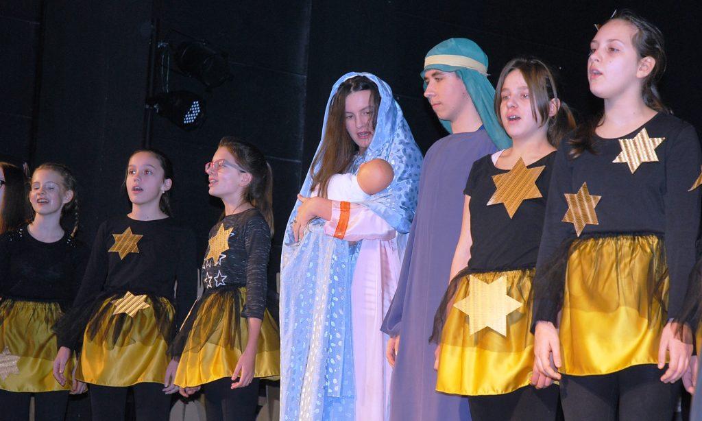 OŠ BRAĆE RADIĆ: Pjesmom i plesom ususret Božiću