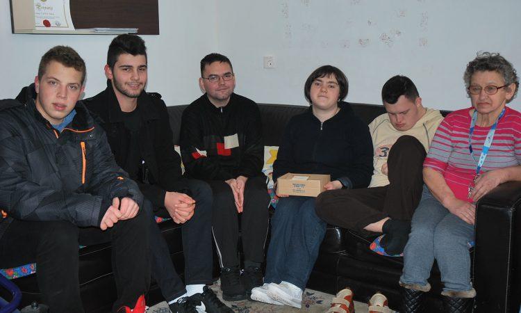 """HVALEVRIJEDNA GESTA: Pakrački srednjoškolci donirali sredstva Udruzi """"Latica"""""""