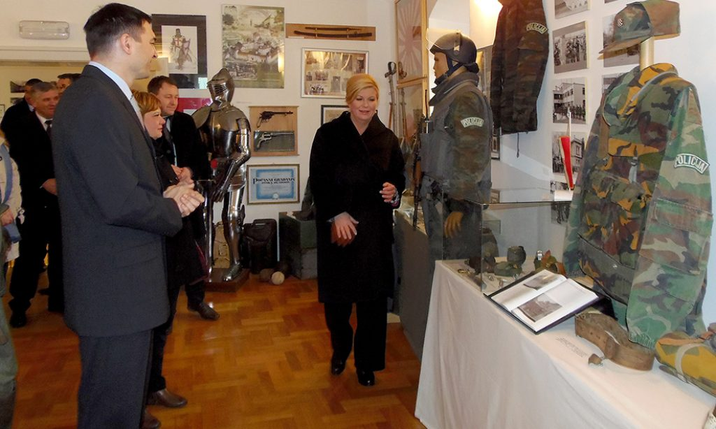 Kolinda Grabar Kitarović posjetila Muzej vojne i ratne povijesti u Pakracu