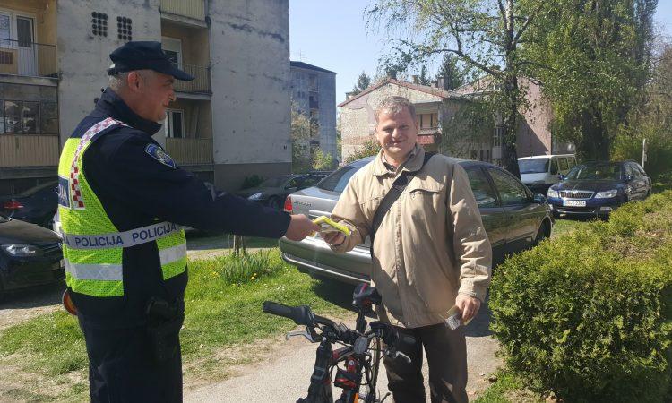 POLICIJSKA PREVENTIVA Biciklistima reflektirajući prsluci, naljepnice i upozorenje