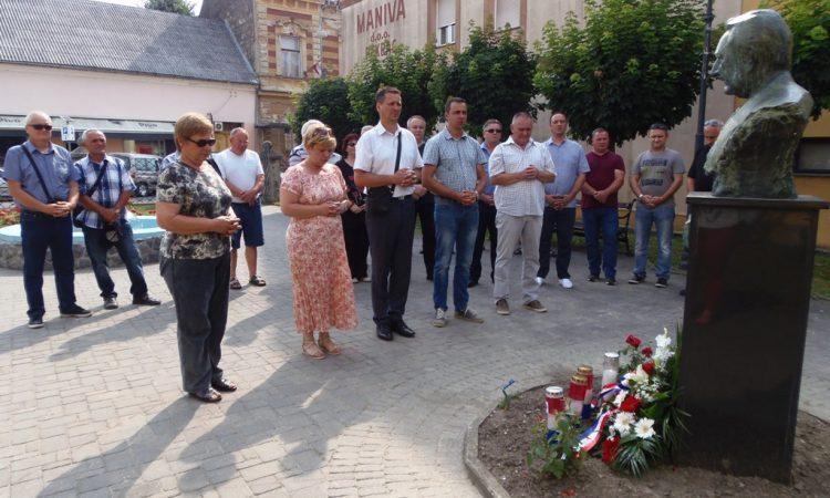 DAN DRŽAVNOSTI RH  Položeni vijenci kod spomenika braniteljima i biste dr. Tuđmana