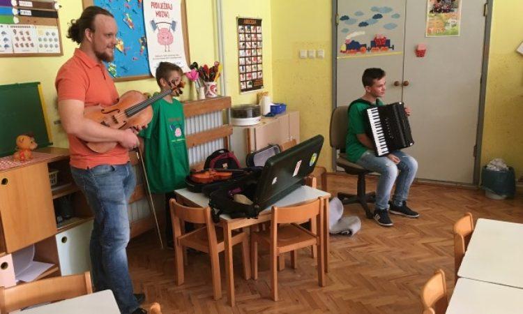 """DJEČJI VRTIĆ """"MASLAČAK"""" Vrtićance posjetili profesori i učenici glazbene škole"""