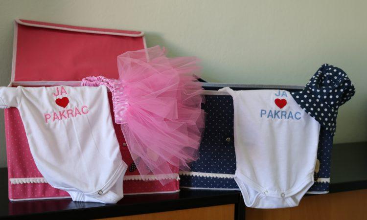 GRAD PAKRAC DARIVA NAJMLAĐE Simpatični pokloni za novorođene bebe