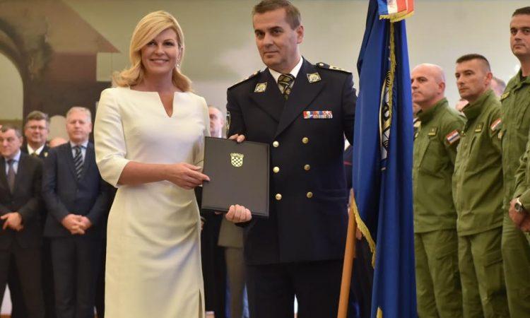 U POVODU DANA POLICIJE Predsjednica RH Kolinda Grabar-Kitarović odlikovalaPolicijsku postaju Pakrac
