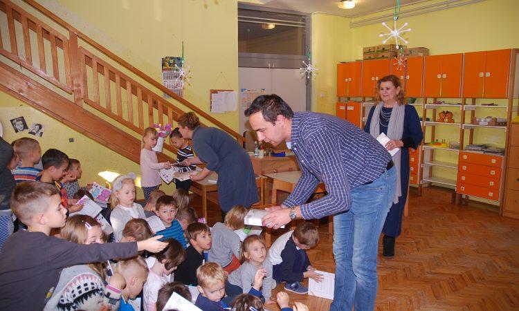 DJEČJI VRTIĆ Djeci podijeljene slikovnice