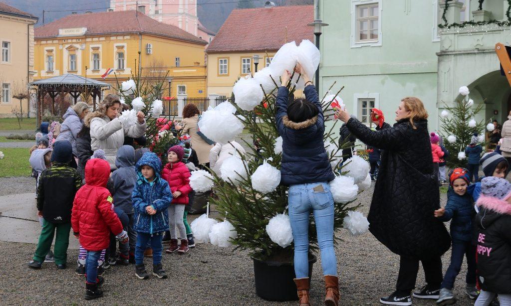 PREDBOŽIĆNA AKCIJA VRTIĆANACA Stotinu mališana okitilo borove u dvorištu kurije Janković