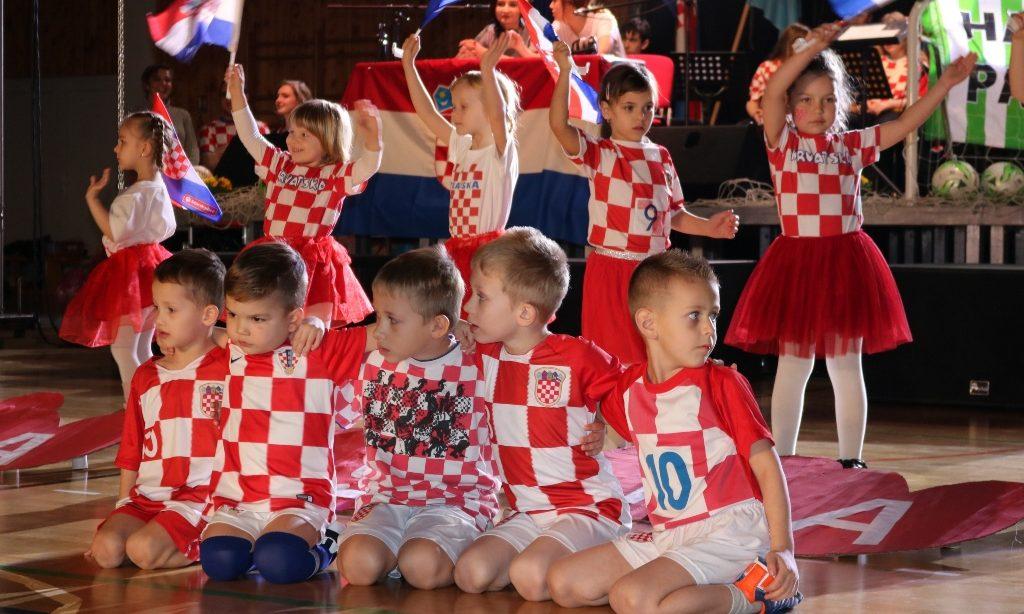 POKLON MOME GRADU Pjesmom i plesom u nogometnom navijačkom tonu