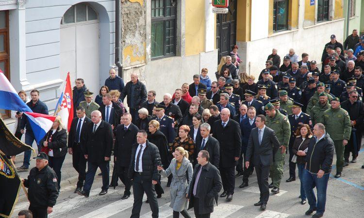 MIMOHOD POBJEDNIKA Predsjednica Grabar – Kitarović u mimohodu pakračkim ulicama