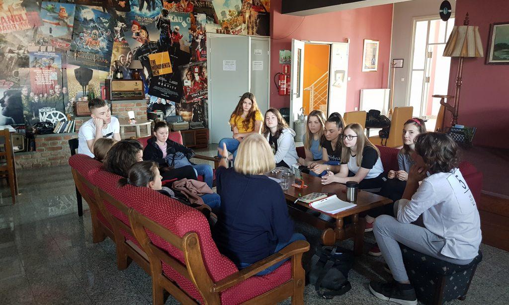 KAZALIŠNA PREDSTAVA U HRVATSKOM DOMU Glume i četvero mladih Pakračana
