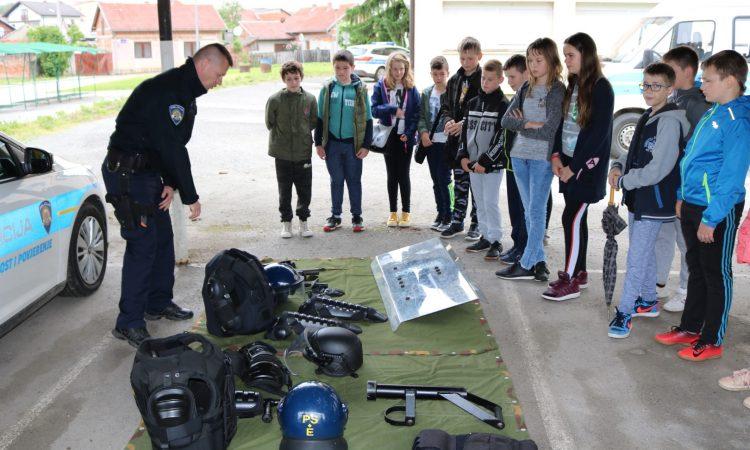 """PROGRAM MUP-a """"MOGU AKO HOĆU"""" Osnovci posjetili policajce"""