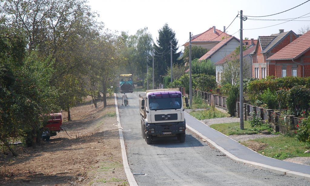 JUČER I DANAS Asfaltira se nova prometnica u Aleji kestenova