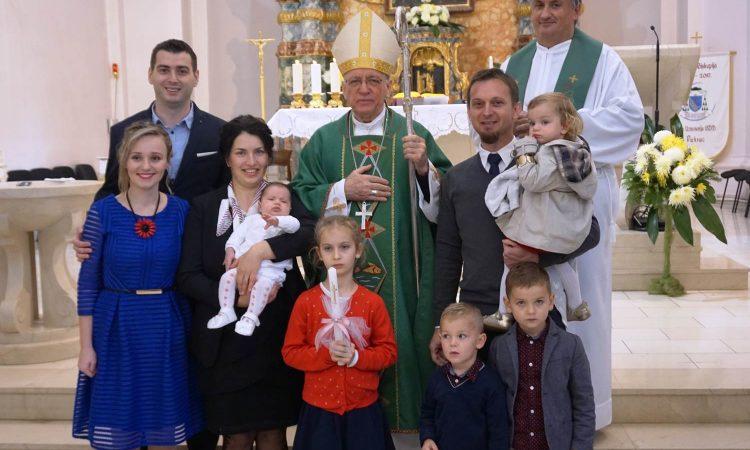 U PAKRAČKOJ ŽUPI Biskup Škvorčević krstio peto dijete obitelji Kotorac