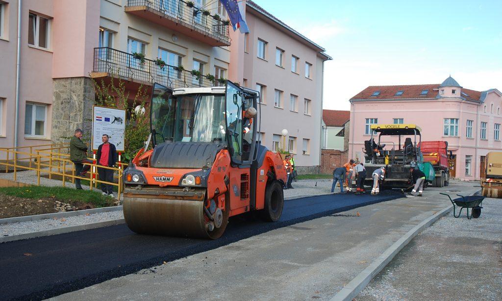 """RADOVI NA TRGU Asfaltira se prometnica ispred """"općine"""""""