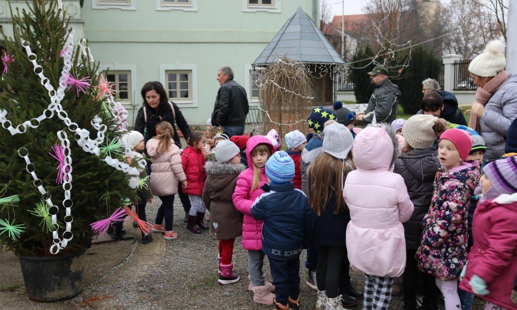 "DJEČJI VRTIĆ ""MASLAČAK"" Mališani okitili božićne jelke"