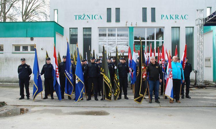 SVEČANO POSTROJAVANJE BRANITELJA NA TRŽNICI  Ne slavimo rat, nego hrabrost i odvažnost hrvatskog čovjeka