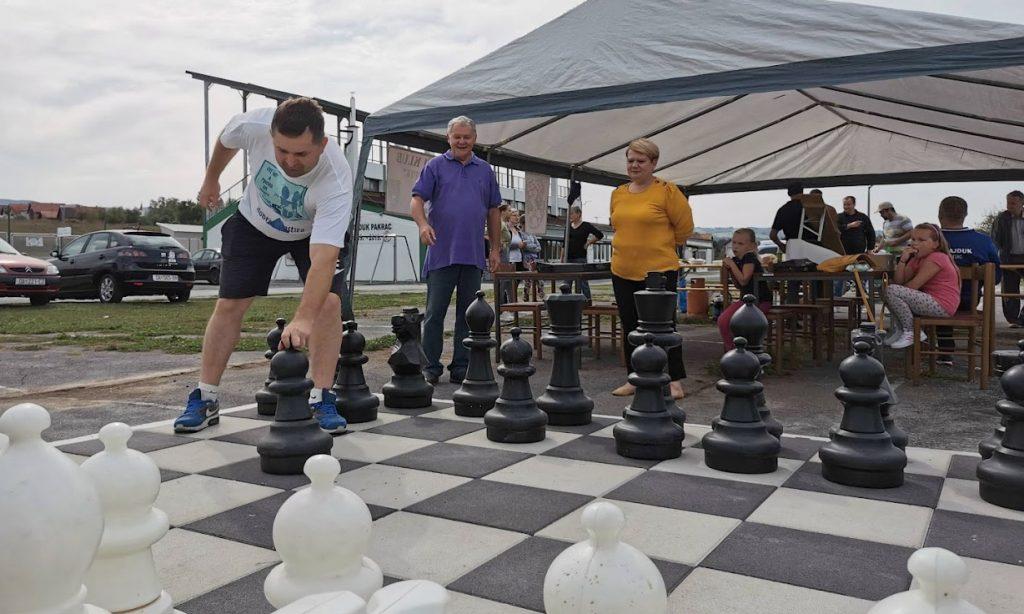 PROJEKT LOKALNIH ŠAHISTA Betonski teren za šah na otvorenom