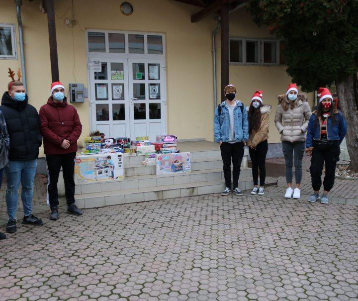 SREDNJA ŠKOLA PAKRAC Učenici darivali djecu Dječjeg doma
